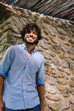 Homme portant une chemise en coton piqué bleu clair