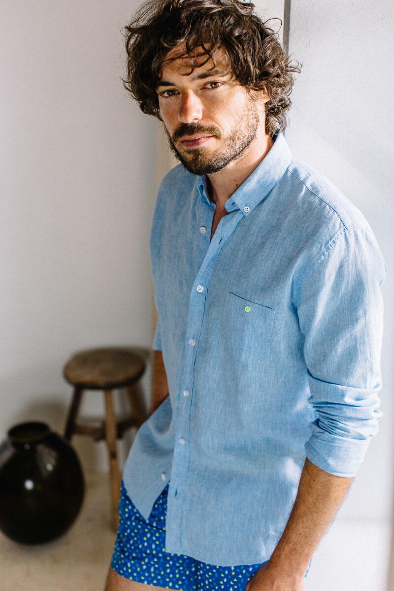 Homme portant une chemise Mixed Blue