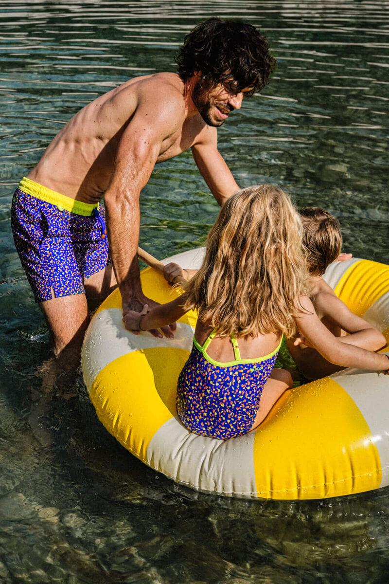 Père et fille assorties en maillots de bain graffiti