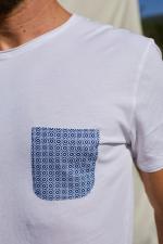 Homme porte un T-Shirt col rond blanc poche azulejos