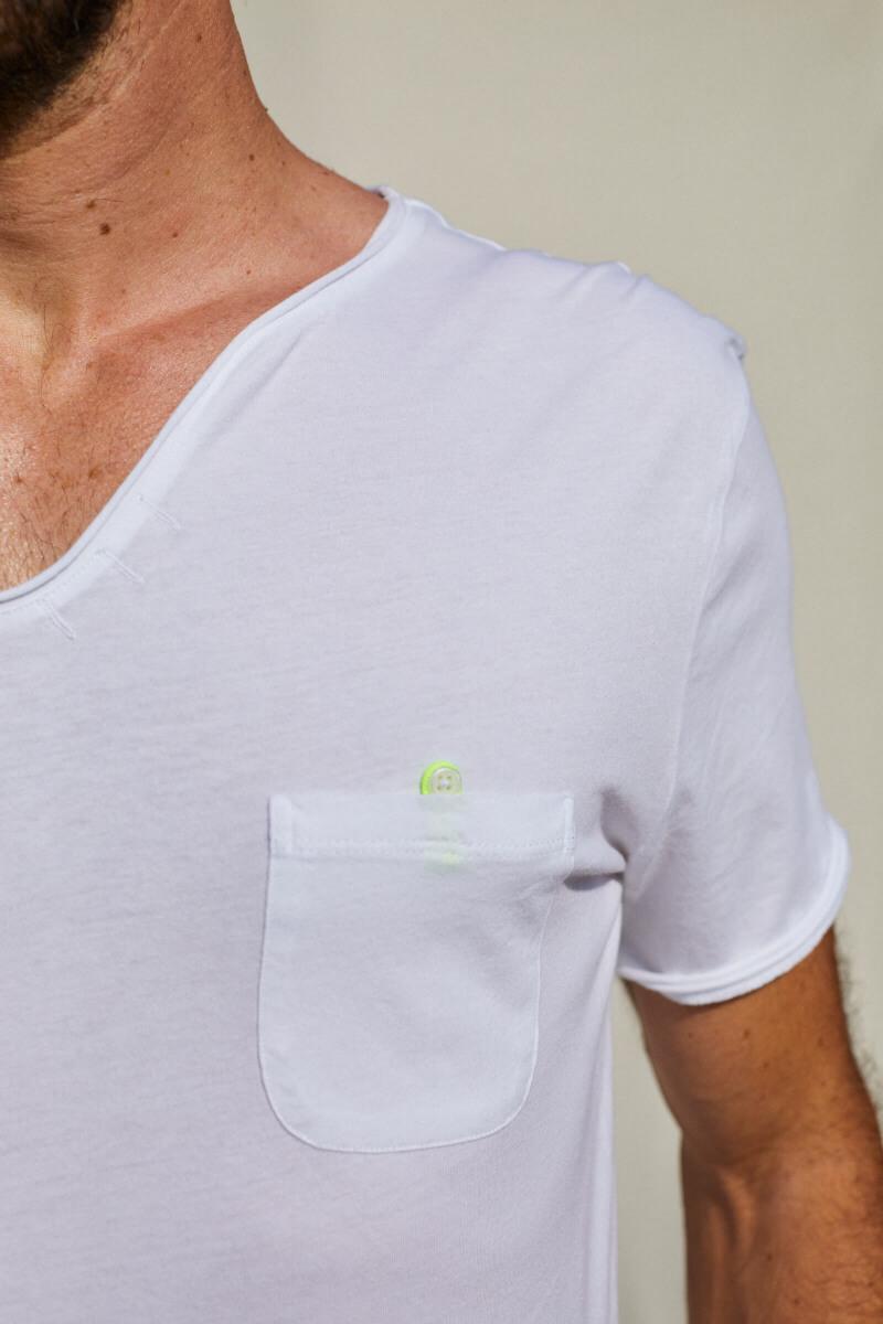 Homme portant un t-shirt blanc col tunisien