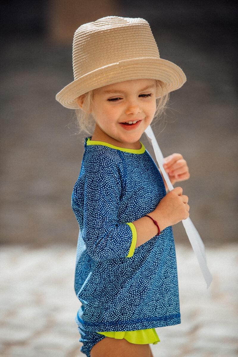 Petite fille portant un Top Anti-UV Sunny Atolls