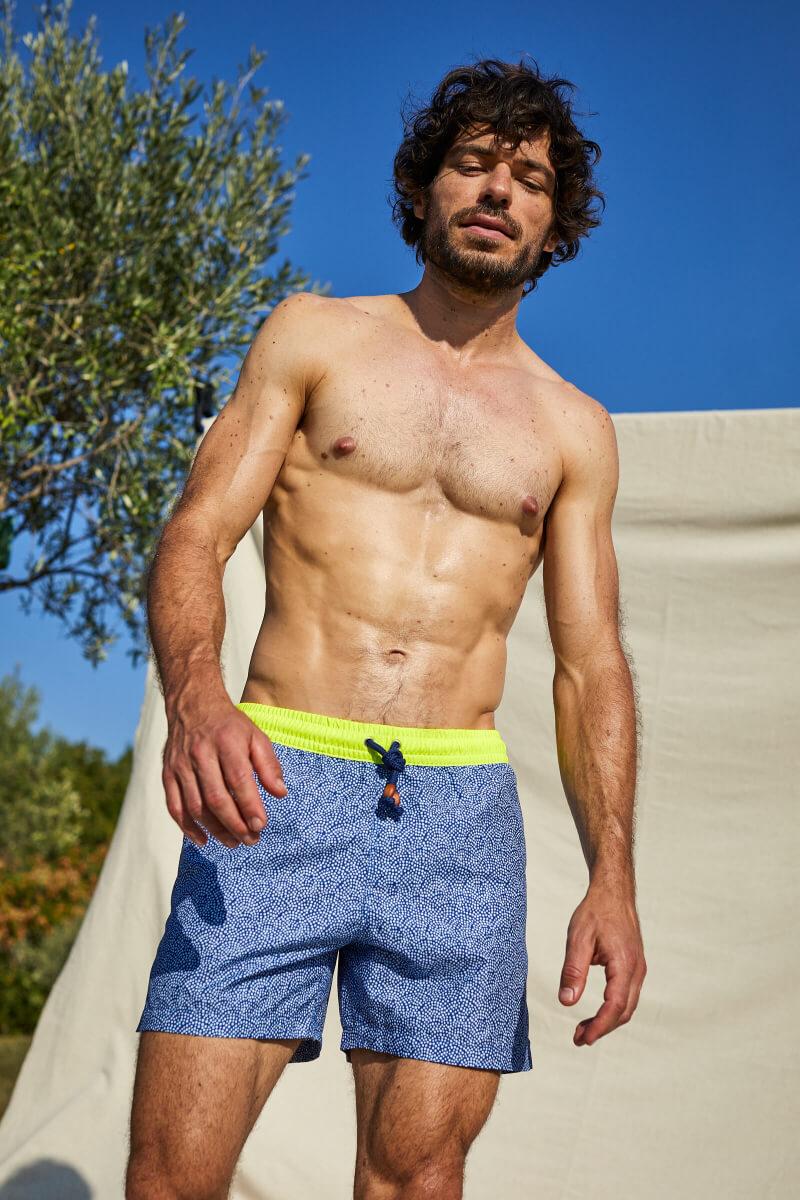 Homme portant un maillot de bain à ceinture élastique Sunny Atolls