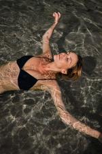 Femme portant un maillot de bain deux-pièces intense blue