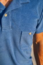 Homme portant un polo éponge bleu