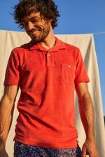 Homme portant un polo éponge terracotta