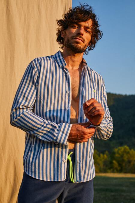 Homme portant une Chemise légère à larges rayures