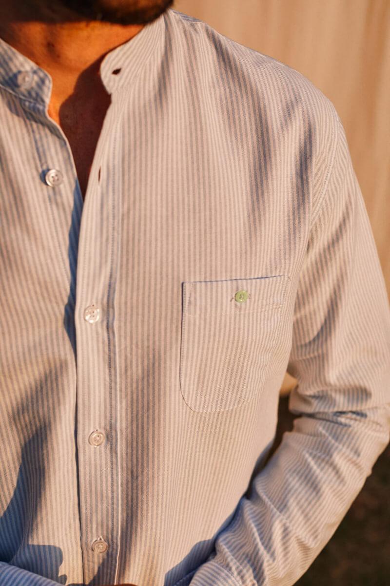 homme portant une chemise col mao rayé sky blue