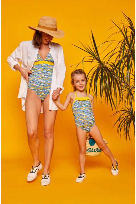 Petite fille portant un maillot de bain une-pièce Java Camouflage GILI'S x BENSIMON