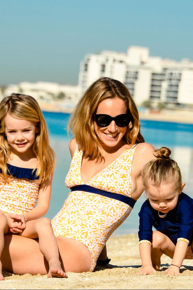 Enfant portant un Top Anti-UV Pâquerettes GILI'S x EMOI EMOI